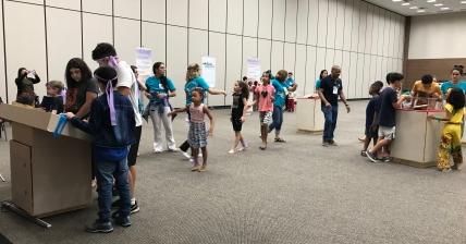 Crianças na exposição do Museu da Bíblia
